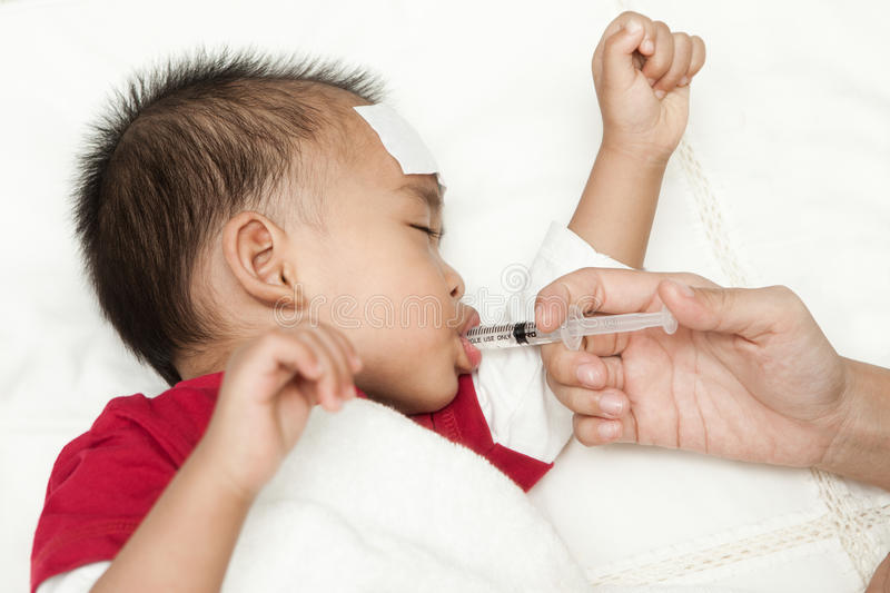 Dziecko cierpi gorączkowego upał obraz stock