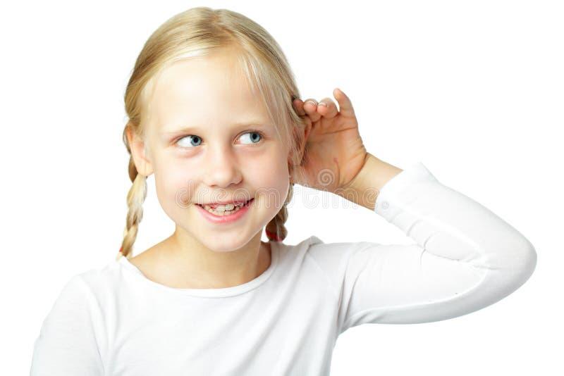 Dziecko cupping ucho - małej dziewczynki słuchanie zdjęcia royalty free