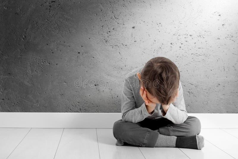 Dziecko czyj depresja siedzi na pod?odze obraz royalty free