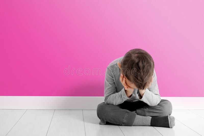 Dziecko czyj depresja siedzi na pod?odze obraz stock