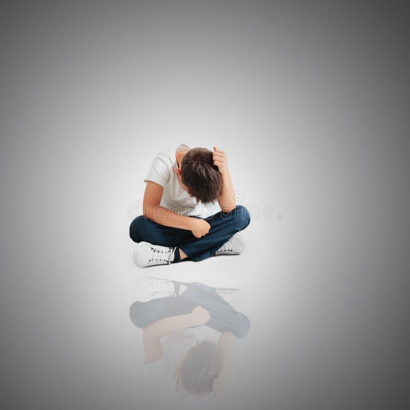 Dziecko czyj depresja siedzi na pod?odze obrazy stock