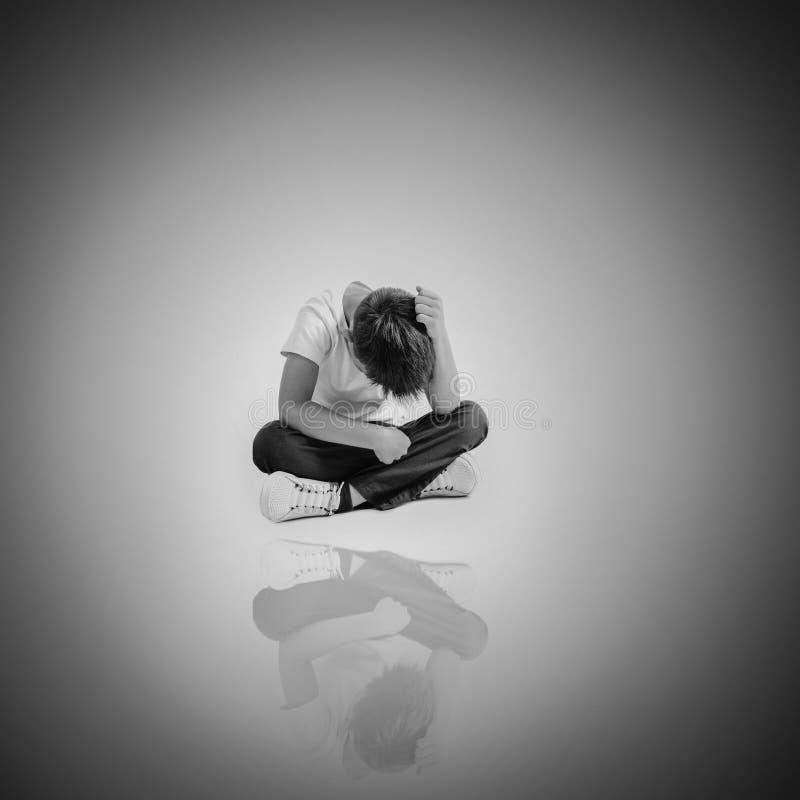 Dziecko czyj depresja siedzi na pod?odze fotografia royalty free