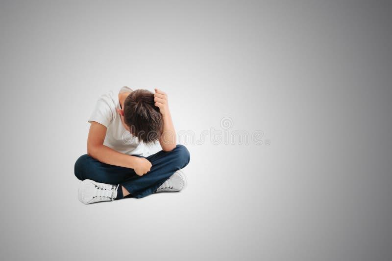 Dziecko czyj depresja siedzi na pod?odze fotografia stock