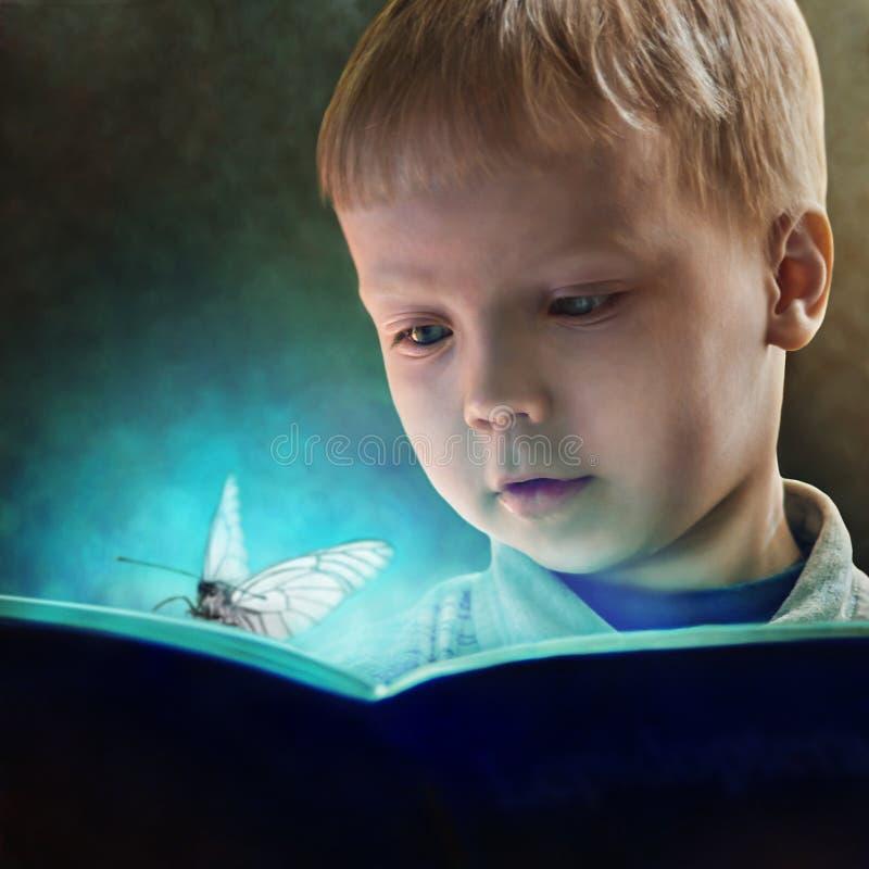 Dziecko czyta magiczną książkę ilustracja wektor
