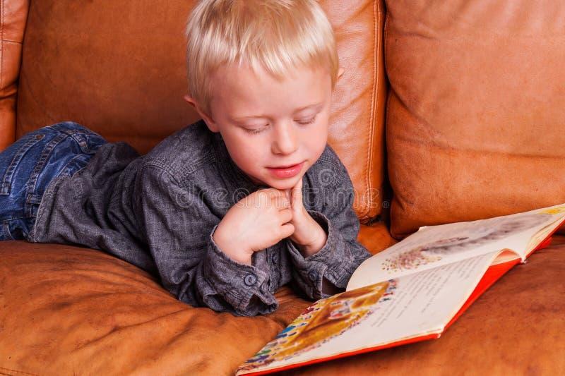 Dziecko czyta wewnątrz jeden książkę zdjęcie royalty free