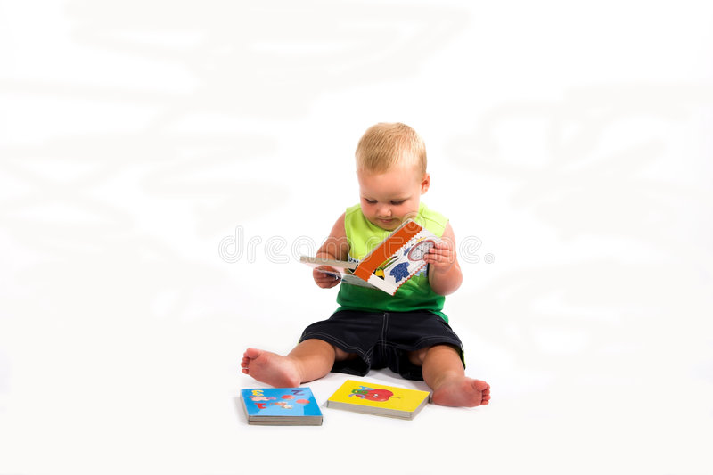 dziecko czytanie książki zdjęcie royalty free