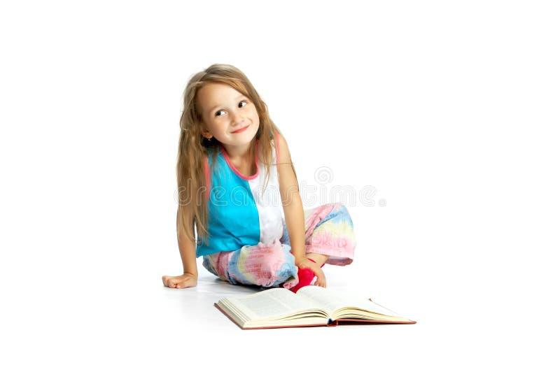 dziecko czytanie książki obraz stock
