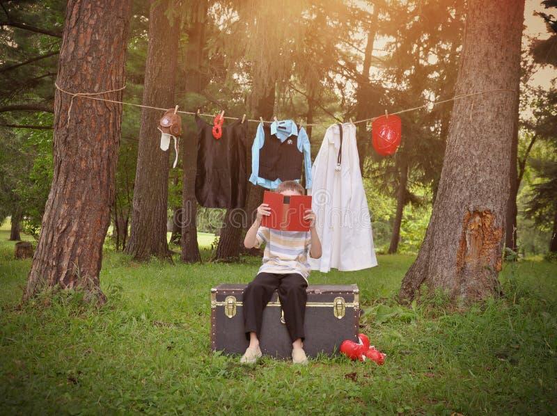 Dziecko Czytelnicza książka o kariera zawodach zdjęcie royalty free