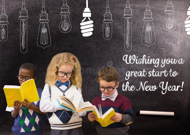 Dziecko czytelnicze książki przeciw blackboard z 2017 nowy rok powitania wycena obrazy stock