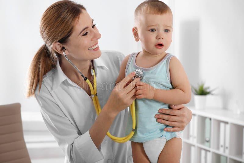 Dziecko doktorska egzamininuje chłopiec z stetoskopem zdjęcia royalty free