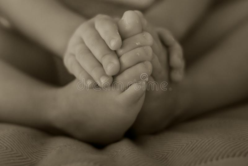 Dziecko dotyka palec u nogi