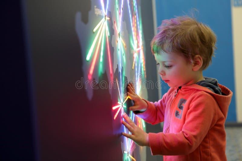 Dziecko dotyka rozjarzoną mapę zdjęcia royalty free
