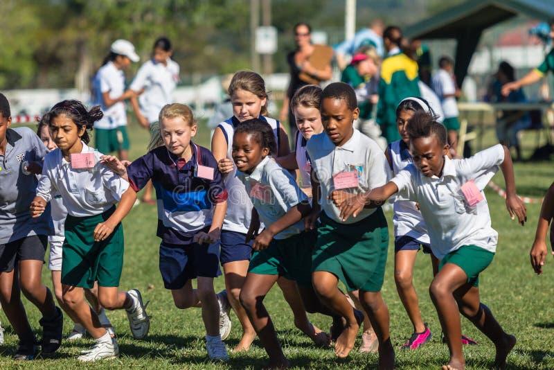 Dziecko dziewczyn przez cały kraj rasy sport zdjęcia stock