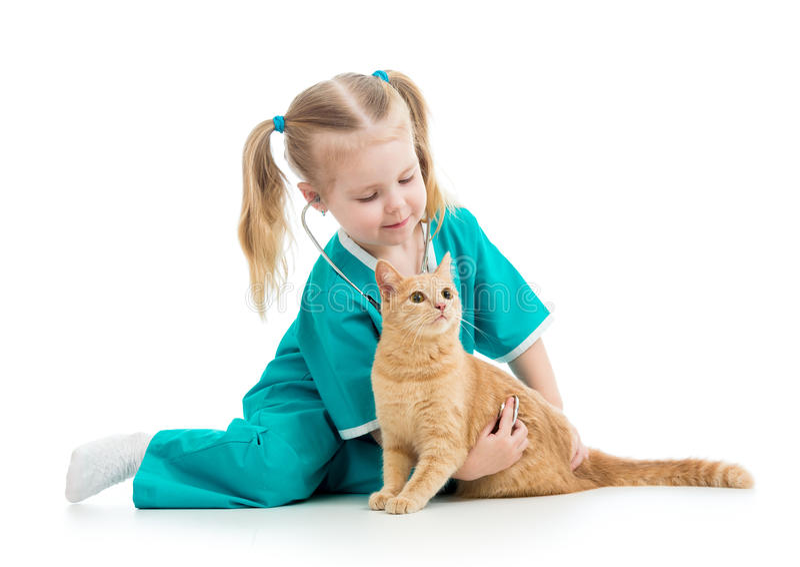 Dziecko dziewczyna bawić się lekarkę z kotem fotografia stock