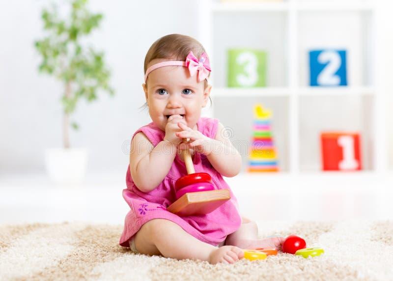 Dziecko dziewczyna bawić się z zabawką w domu fotografia royalty free