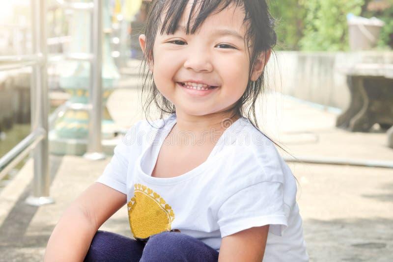 dziecko dziewczyna ono uśmiecha się jaskrawy fotografia stock