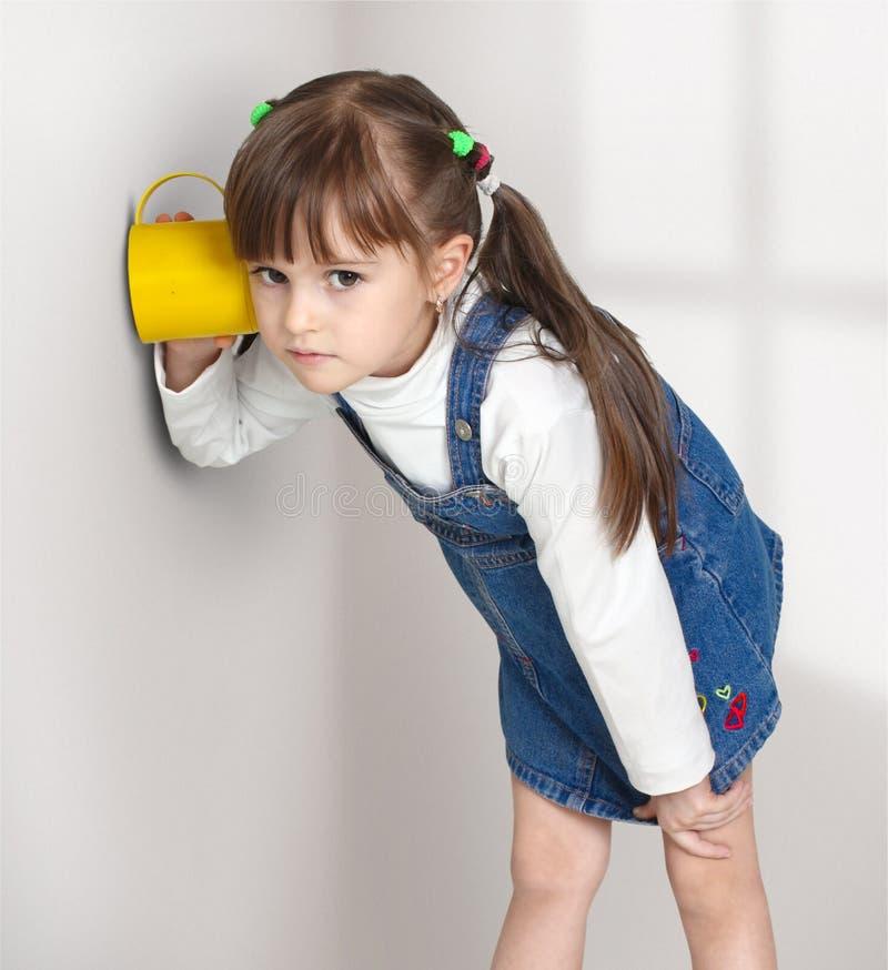 dziecko dziewczyna podsłucha obraz stock