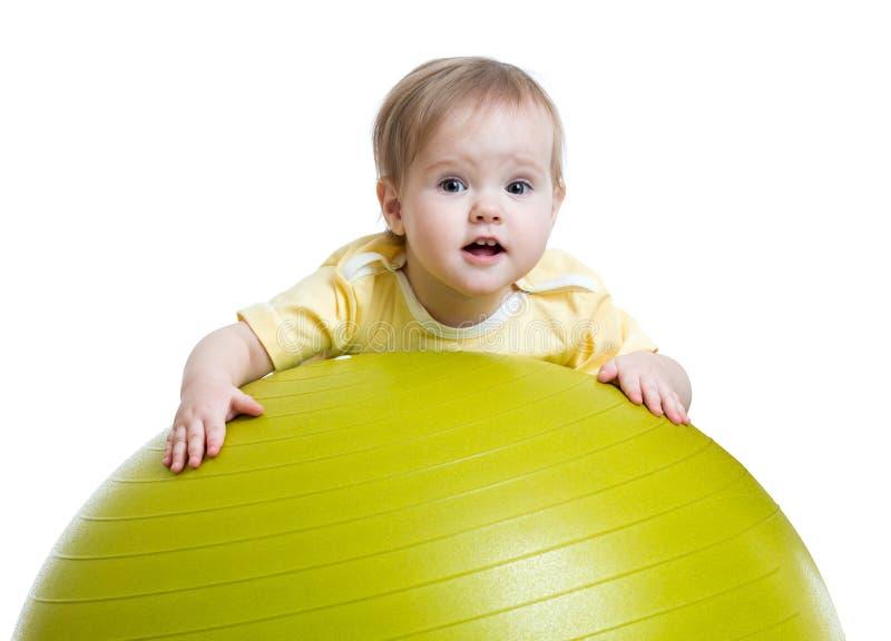 Dziecko dziewczyna robi sprawności fizycznej ćwiczeniu z sprawnością fizyczną zdjęcia stock
