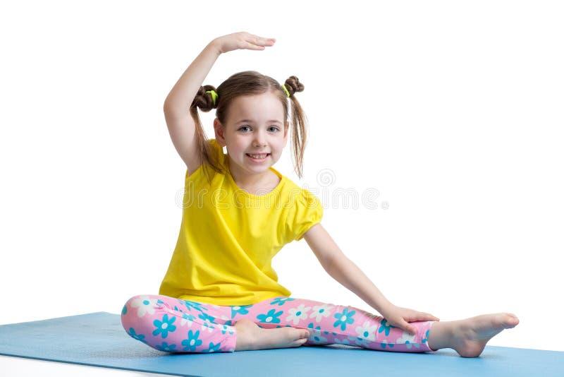 Dziecko dziewczyna robi sprawności fizycznych ćwiczeniom obraz royalty free