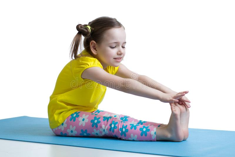 Dziecko dziewczyna robi sprawności fizycznych ćwiczeniom zdjęcie royalty free