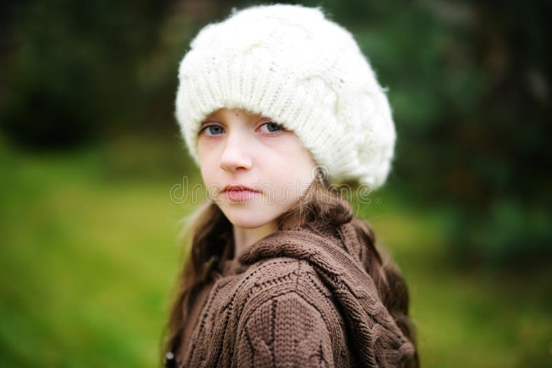 Dziecko dziewczyna w białej nakrętce, zakończenie portret obrazy royalty free