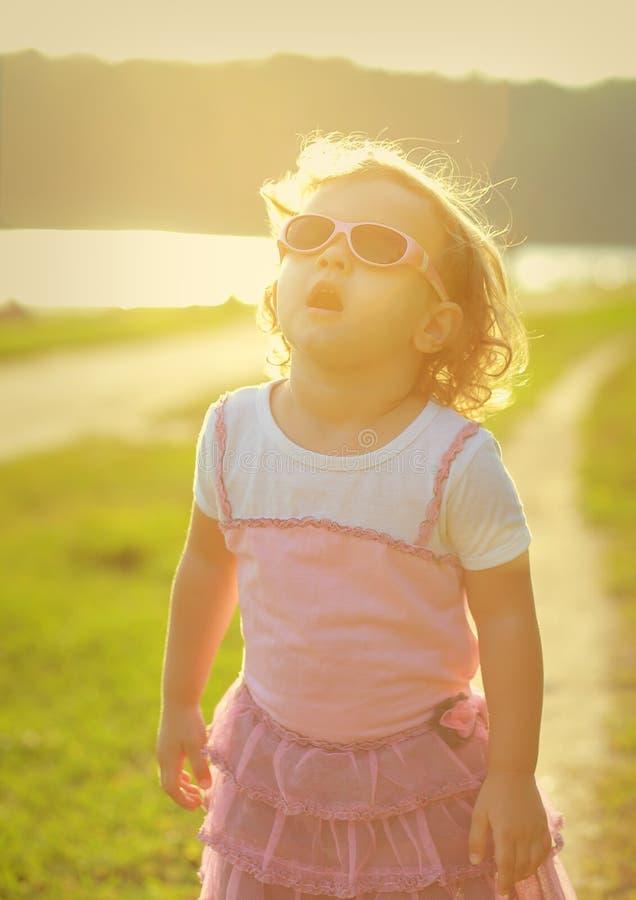 Dziecko dziewczyna w okulary przeciwsłoneczni przyglądający up obrazy stock