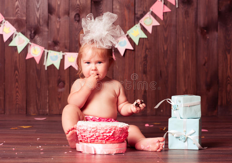 Dziecko dziewczyna z urodzinowym tortem zdjęcie royalty free