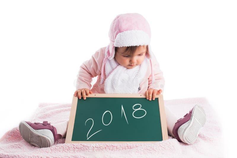 Dziecko dziewczynka trzyma drewnianego blackboard z tekstem 2018 rok ja zdjęcie stock