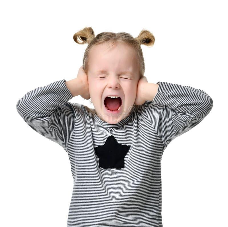Dziecko dziewczynki szczęśliwy wrzeszczy krzyczeć z rękami zamyka ucho zdjęcie stock