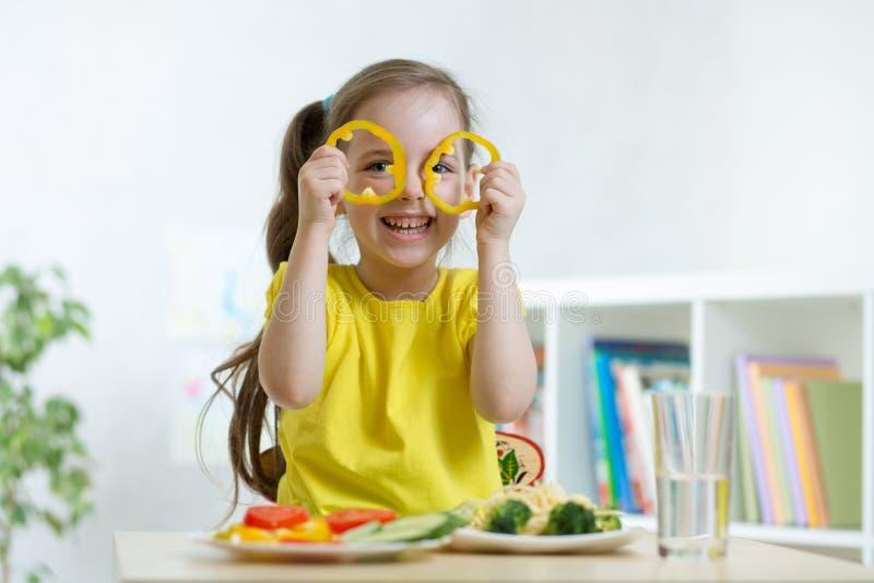 Dziecko dziewczyny łasowania weganinu jedzenie ma zabawę w dziecinu obrazy royalty free