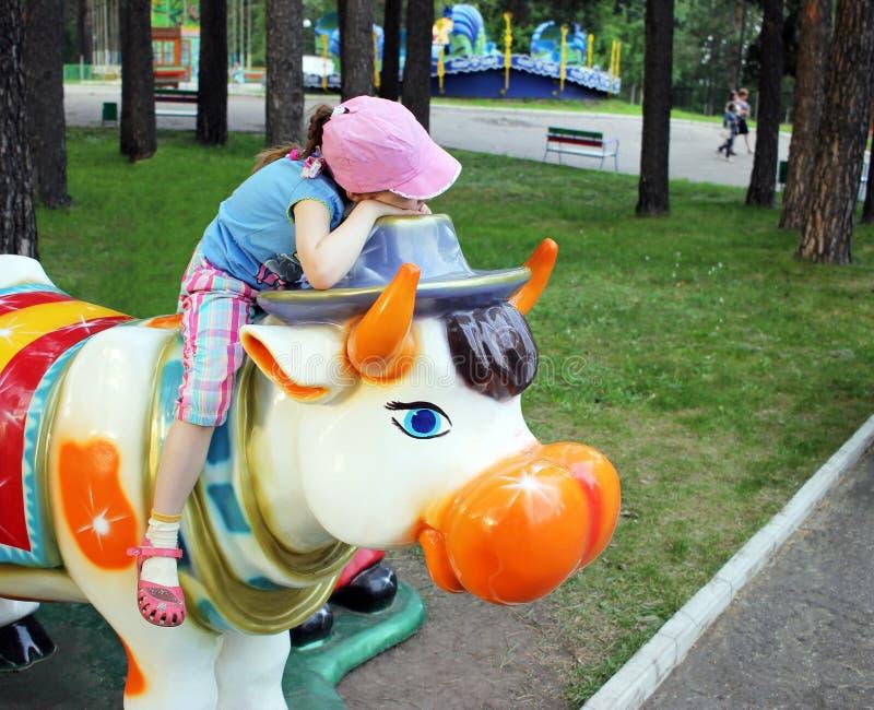 Dziecko, dziewczyny dosypianie w parku na dużej zabawce obraz stock
