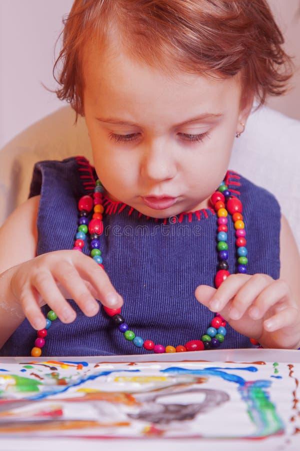 Dziecko dziewczyny obraz z kolorowymi rękami i palcem Szczęśliwy dzieciństwo, sztuka, rysunkowy pojęcie zdjęcia royalty free