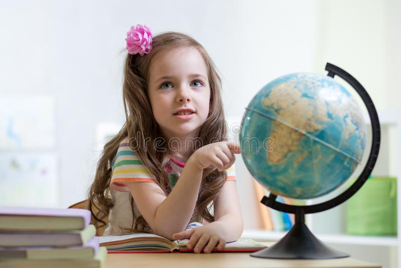 Dziecko dziewczyny przedstawień miejsce na kuli ziemskiej zdjęcia stock