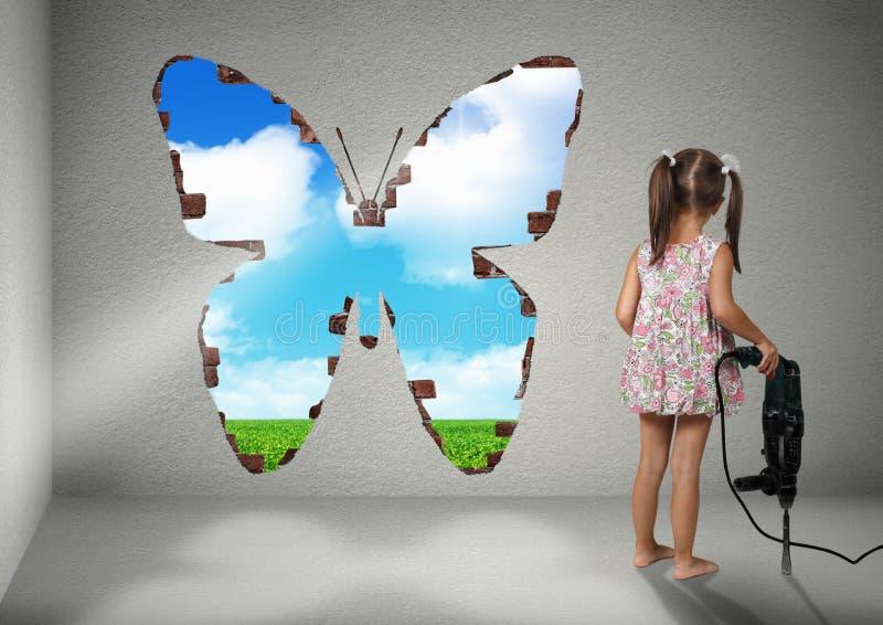 Dziecko dziewczyny przerwy ściana, odświeżania kreatywnie pojęcie obraz stock