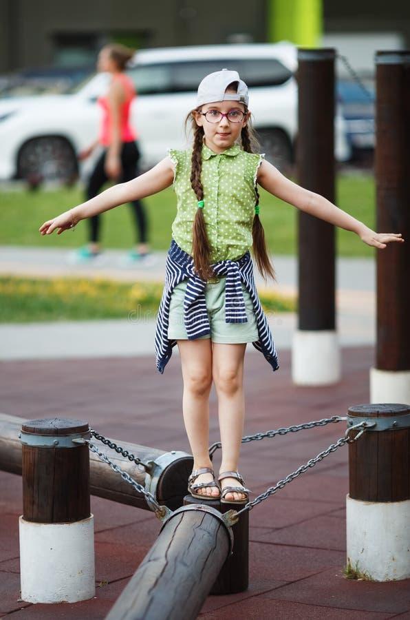 Dziecko dziewczyny równoważenie zdjęcie stock