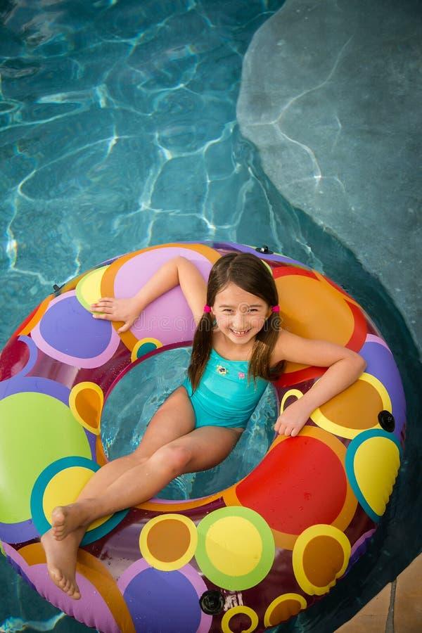 Dziecko dziewczyny wody szczęśliwy pływanie fotografia stock