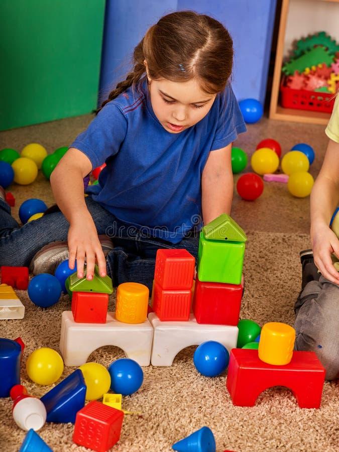 Dziecko elementy w dziecinu Grupa dzieciaki bawić się zabawkarskiej podłoga obraz royalty free
