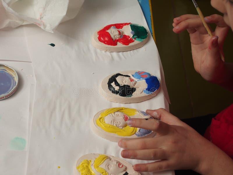 Dziecko farb tynku bareliefy z farbami zdjęcie stock