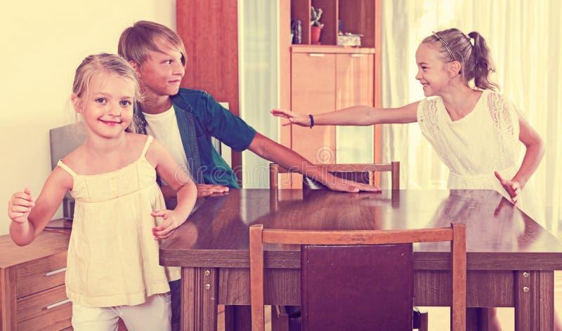 Dziecko goni innych dzieciaków oznaczać one lub dotykać zdjęcie royalty free