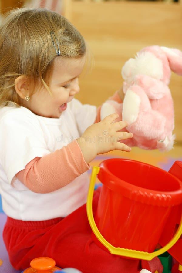 dziecko gra zabawki obraz stock