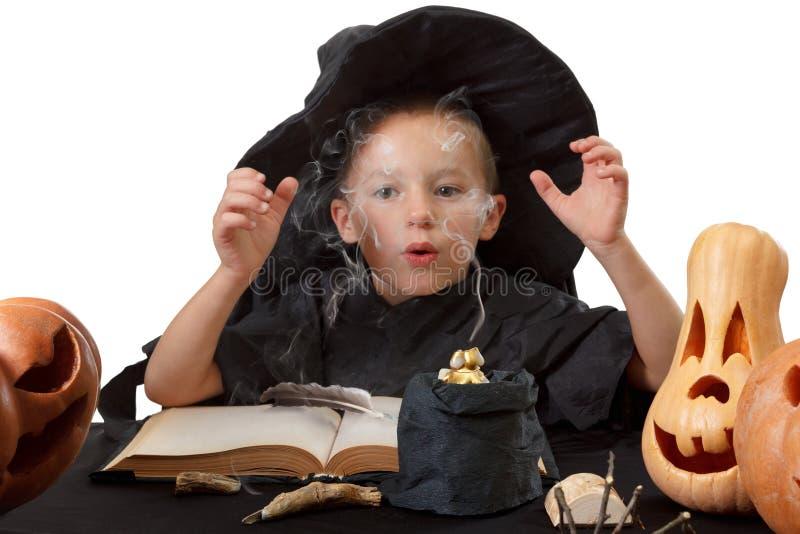 Dziecko, Halloweenowa bania i magiczne rzeczy, zdjęcie royalty free