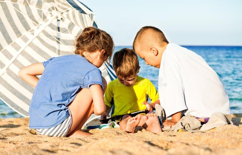 Dziecko hazardu plaży pastylka fotografia royalty free