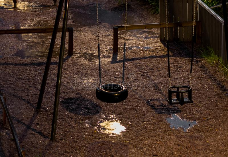 Dziecko huśtawki w nocy zdjęcie stock