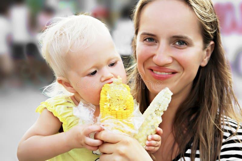 Dziecko i kukurudza zdjęcia stock