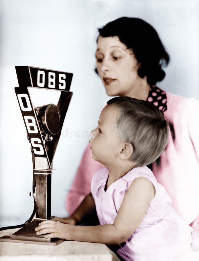 Dziecko i matka z radiowym mikrofonem (Wszystkie persons przedstawiający no są długiego utrzymania i żadny nieruchomość istnieje  zdjęcia royalty free