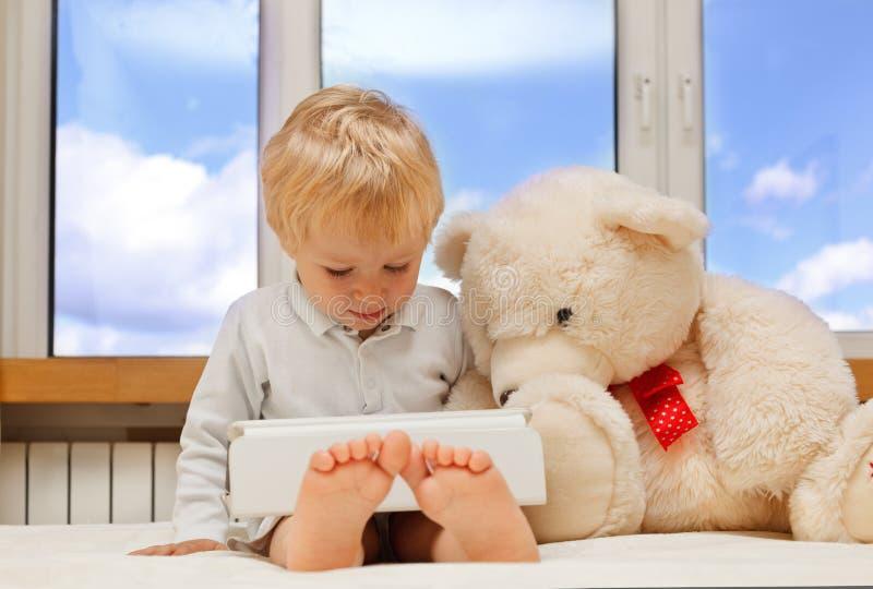 Dziecko i miś pluszowy z dotyka ochraniaczem obrazy royalty free