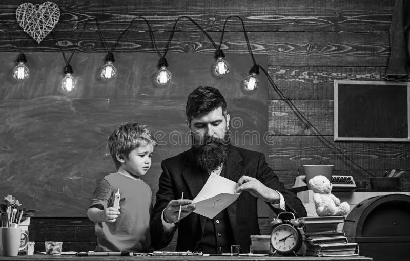 Dziecko i nauczyciel na ruchliwie twarz obrazie, rysuje Utalentowany artysta wydaje czas z synem Nauczyciel z brod?, ojciec zdjęcia royalty free