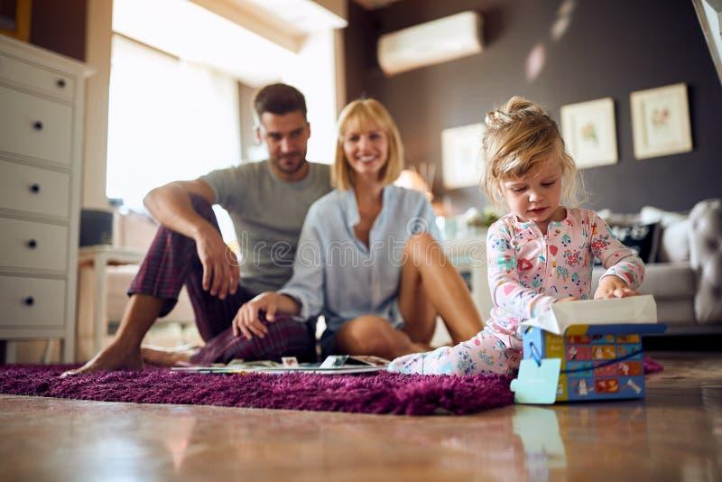 Dziecko i rodzice bawić się w ranku w pokoju obraz royalty free