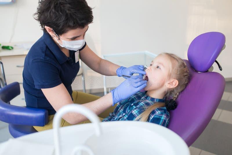 Dziecko jako pacjent z żeńskim dentystą obraz royalty free
