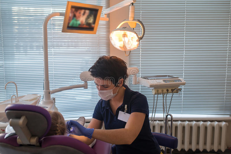 Dziecko jako pacjent z żeńskim dentystą obrazy royalty free